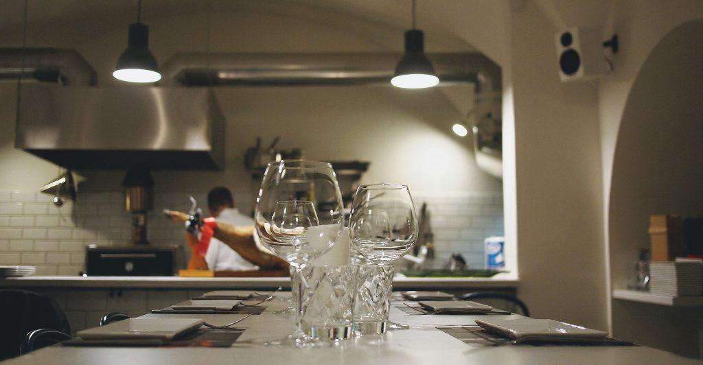 飲食店調理場の排気フードとワイングラス