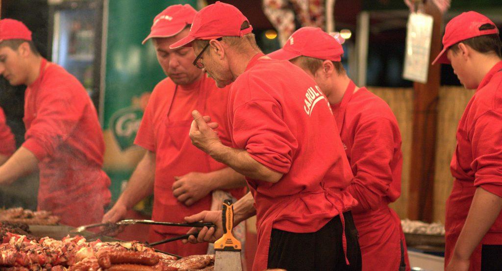 赤い作業着のコック達
